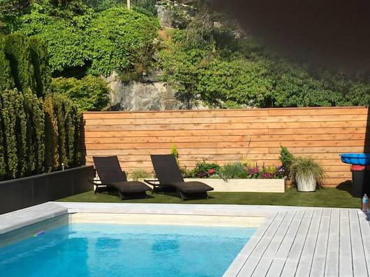 An example of what our Sun Rye artificial grass looks like beside the pool.